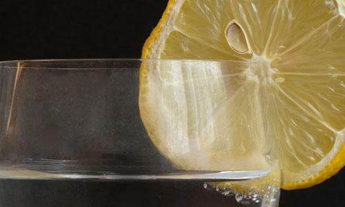 Los beneficios de beber agua caliente con limon
